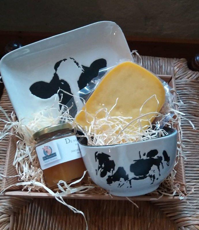 Weihnachtsgeschenk mit biologischem Käse und Kunst